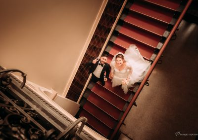 brautpaar laeuft treppe runter