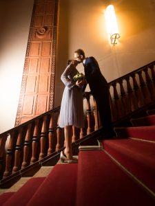 standesamt-berlin-schoeneberg-hochzeit-brautpaar-kuss Hochzeitsfotografie Berlin