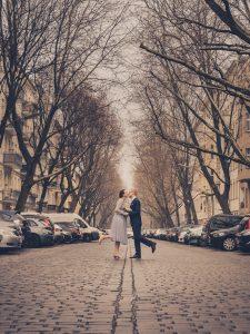 berlin-schoeneberg-hochzeit-brautpaar-auf-strasse-kuss Hochzeitsfotografie Berlin