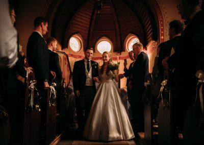 Brautpaar nach Trauung in der Kirche