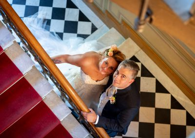 Brautpaar im Treppenhaus in Berlin