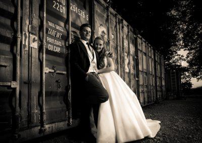 Brautpaar vor Überseecontainer
